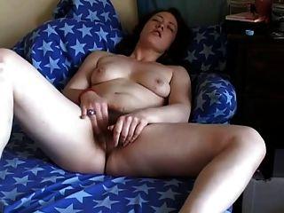 Gorda gordita amigo masturbando su coño peludo en el sofá