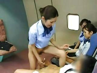Azafata asiática golpeando al capitán