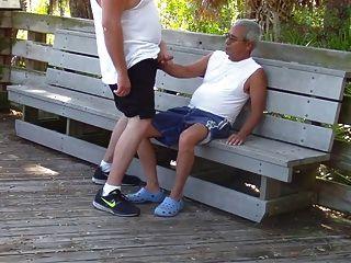 Gordito se la mete un abuelo en publico