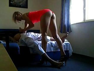 Extremadamente caliente milf engañando a su marido con fuckbuddy