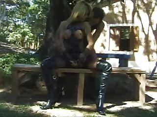 Rubia shemale se folla duro en el parque