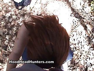 Chupar la polla negra en el bosque.