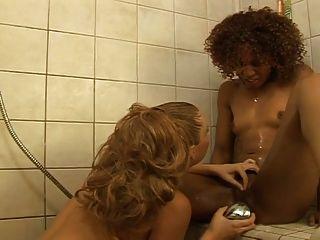 Lesbianas interraciales follando en la ducha ... usb