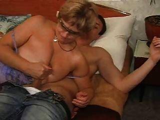 Abuelita con hombres jóvenes follan en la cama