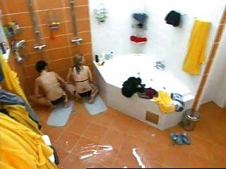 Dos niñas masturbándose en el hermano mayor checo bajo la ducha