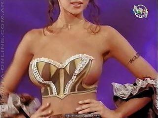 Cuerpo de pintura desnuda en la serie de televisión