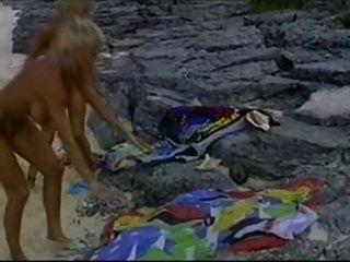 Bikini babes de la playa y una gallos