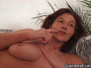Dos amigas cachondas follan abuelita