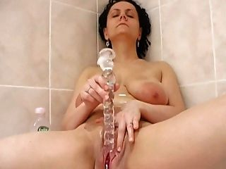 Frotar el coño en el baño