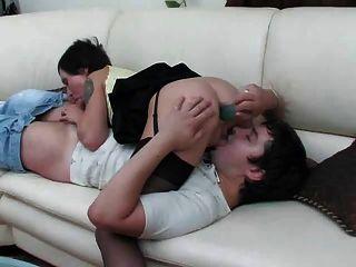 Mamá sexy toma polla hombre joven en su culo