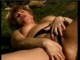 Húmeda esposa masturbándose en el jardín por snahbrandy