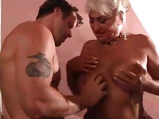 Milf seduciendo a un joven