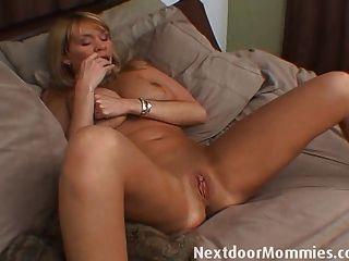 Mujer mayor con grandes tetas se masturba