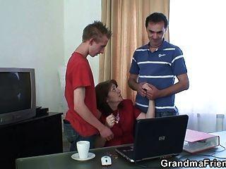 Reunión en la oficina termina threesome fucking