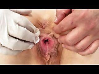 Agradable pezones exuberante labios maduro milf en los médicos