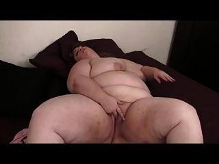 Bbw rubia se masturba con el juguete en la cama