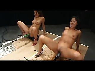 Chicas jugando cargas gigantes en las máquinas de mierda