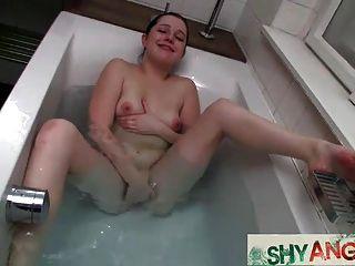 Adolescente angela en el baño