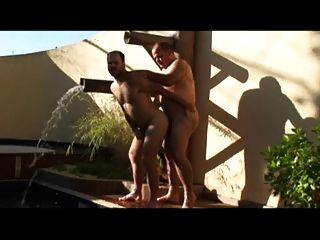 Papá y chico follando en la piscina