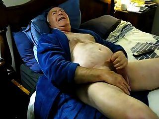 Cum caliente de papá en la cama