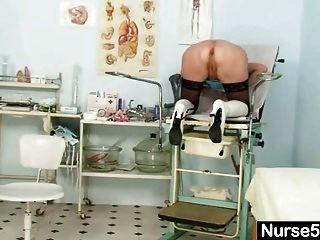 Rubia auto examen de enfermera abuelita con spreader coño