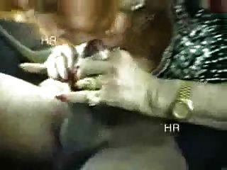 aficionado.Abuelita italiana divertirse con dos niños en el coche