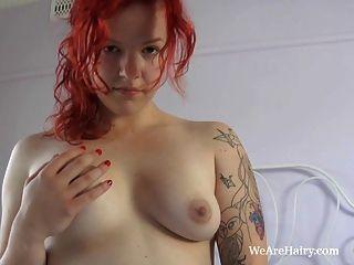 Redhead jette disfruta jugando con su coño peludo