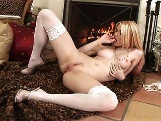 Nena se masturba y juega con su consolador