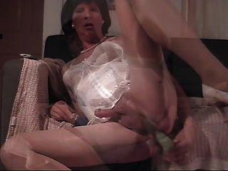 Donna se da a sí misma un dildo de perforación