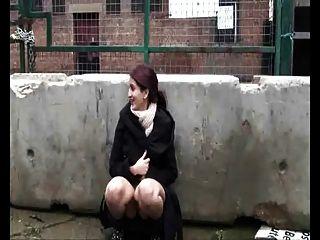 Chubby india novia jugando con coño peludo al aire libre