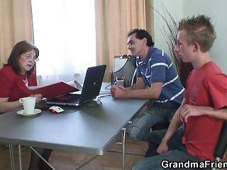 Abuelita jodida por dos chicos sin trabajo