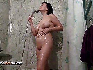Amateur de succión y follando en el baño