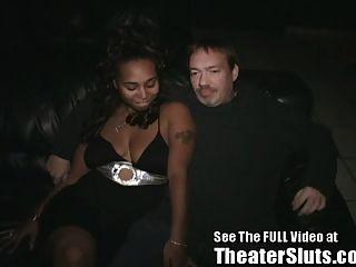 Ebony freak tiene sexo en grupo en un teatro porno de tampa