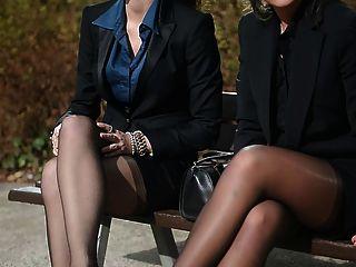 2 secretarias atractivas jovenes en medias y garterbelt de la vendimia