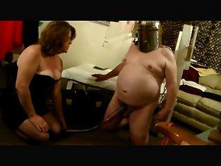 Cuckold ordeñado al olvido por la máquina de ordeño masculina