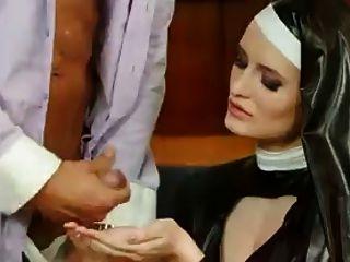 image Increíble pelirroja disfruta de sexo completamente vestido
