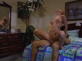 Chica con gran cuerpo obtiene su rosa húmedo arado