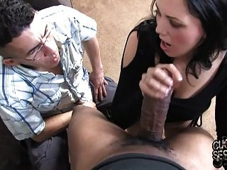 Mujer blanca toma enorme polla negro en frente de humilde cornudo