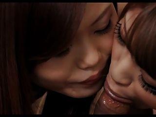 Chicas asiáticas dando un golpe