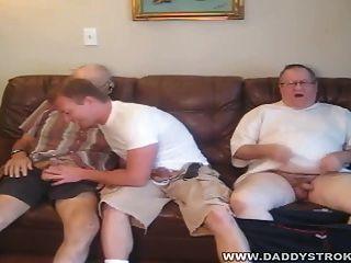 Chico de al lado 2 papás maduros con el chico de al lado