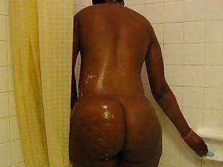 Milf negro grueso lavando ese culo de nuevo