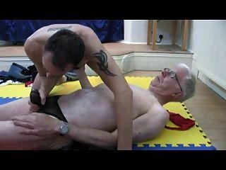 Dos hombres mayores en correas