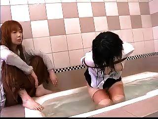 Slavegirl recibe un castigo anal por su maestro