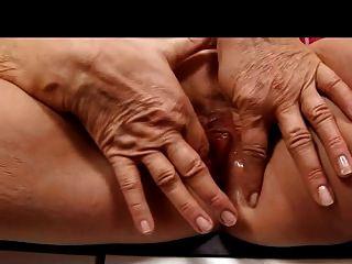 Rubia abuelita en medias dedos