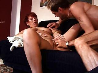 Sexo madura de la señora en el sofá