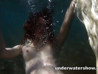 Cute nastya está mostrando su hermoso cuerpo bajo el agua