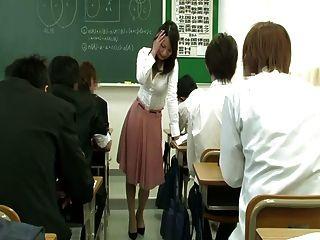 Vibrador remoto bajo la falda del profesor