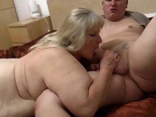Abuelita gorda con cuerpo flaco y chico