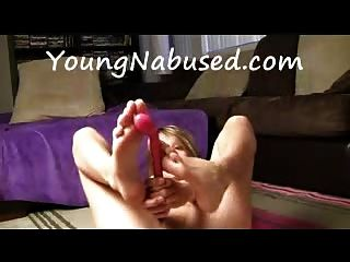 Novia se masturba y juega con sus pies