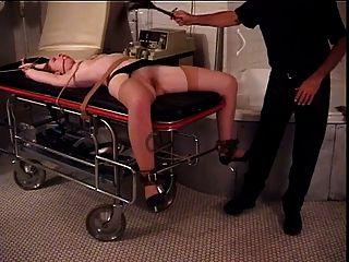 Pelirroja con grandes naturals atados con sus piernas extendidas para su amo